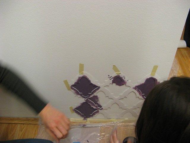 Végül a festés. A papírnak viszonylag vastagnak kell lennie, hogy bírja a festéket, így viszont a széleket nehéz szépen megfesteni. No meg az ollóval való vágás se hoz precíz eredményt.